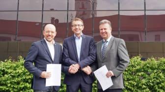 Thomas Oppelt, Geschäftsführer der Bayernwerk Regio Energie, mit den Bürgermeistern Andreas Horsche (links) und Helmut Maier (rechts) starten gemeinsam den lokalen Strommarkt Furth-Altdorf..