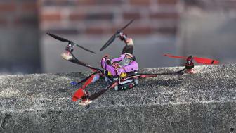 Full fart i luften när  landets främsta multikopterpiloter tävlar mot varandra i Tekniska museets utställningshall.