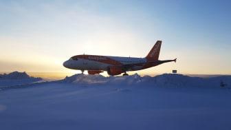 Flygplan i vinterlandskap och soluppgång på Åre Östersund Airport. Foto: Magnus Trense.