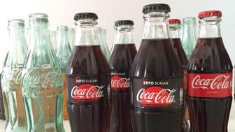Coca-Colan uusi lasinen 250ml klassikkopullo muistuttaa Coca-Cola-pulloa, josta monet suomalaiset maistelivat juomaa ensimmäisen kerran Helsingin kesäolympiakisoissa.