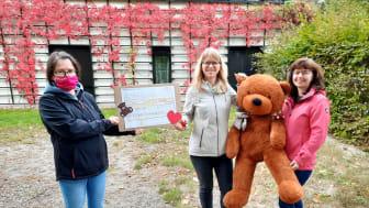 K erstin Stadler vom Kinderhospiz Bärenherz, Frau Popp und Frau Rogowski vom FinanzamtI, Leipzig bei der Spendenbergabe