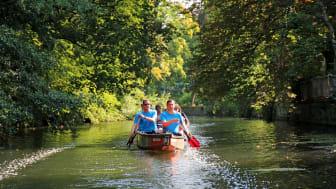 Sommertour von Martin Dulig: Bootsfahrt mit Jan Benzien entlang des Elstermühlgrabens  © Melina Gmeiner