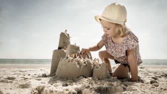 Det går snabbt att fimpa i sanden och vända ansiktet mot solen igen. Men din fimp hamnar i barnens sandslott, släpper ut miljögifter och ökar nedskräpningen.