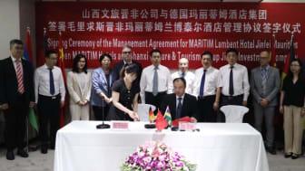 Feierliche Unterschriftenzeremonie, die zeitgleich in China, Deutschland und auf Mauritius stattfand: Die chinesische Jin Fei Investment Company kooperiert mit Maritim für ein neues Hotelprojekt auf Mauritius.