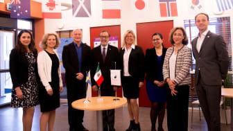Mexicos ambassadör i Sverige, Gasca Agustín Pliego (i mitten) med Jönköping Universitys prorektor Mats Jägstam och representanter från Jönköping University, Mexikanska ambassaden och  konsulatet, och ProMéxico.