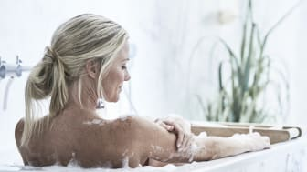 Rentouttava kylpyhetki hemmottelee arjen kiireiden keskellä. Suorakulmaisen IDO Trevi -kylpyammeen voi upottaa rakenteisiin.