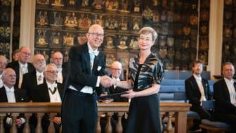 Lena Liepe mottar Gad Rausings pris av preses Anders Cullhed vid Kungl. Vitterhetsakademiens högtidssammankomst den 20 mars.