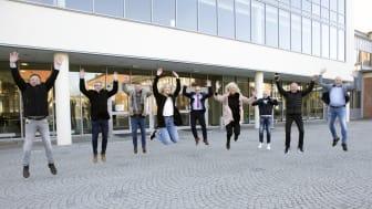 Tillsammans med Studentkåren vid Högskolan Väst, Trollhättans Stad, fastighetsägare Kraftstaden och bostadsbolaget Eidar utvecklar vi campus. Byggstart i höst för ny huvudentré, inomhustorg och restaurang.
