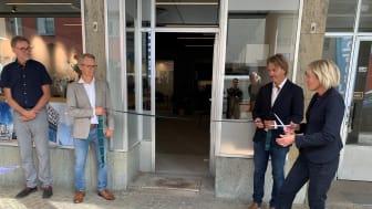 Bild från torsdagens invigning utanför nya lokalen i Varberg.