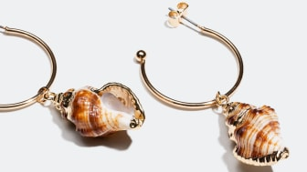 Natural seashells with gold colored edges for a relaxed yet fashionable look.
