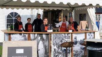 Mustmästare och cidermakare i ciderbar på Kiviks Musteri