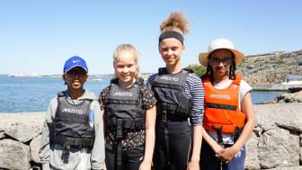 Nabil Ali, Martina Keita, Juliette Keita och Mona Ali njuter av solen och havet under seglingslägret.