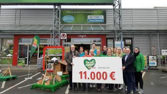 Aus den Händen der Teams vom Krefelder Fressnapf XXL, der dortigen Tierarztpraxis Activet, der Reitsportkette EQUIVA sowie des PENNY-Marktes (alle Hafelsstraße) nehmen die Zoofreunde Krefeld die Spende über 11.000 Euro dankbar entgegen.