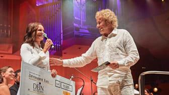 Thomas Gottschalk überreicht im Namen von TELE 5  einen Spendenscheck in Höhe von 10.000,-€  an die gemeinnützige Organisation DEIN MÜNCHEN beim Konzert der FILMFONIKER in der Philharmonie (Foto: Gert Krautbauer für TELE 5)