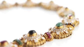 Van Cleef & Arpels fantastiske rubin-, safir-, smaragd- og diamanthalskæde af 18 kt. guld prydet med facet- og cabochonslebne rubiner, safirer, smaragder og brillantslebne diamanter.