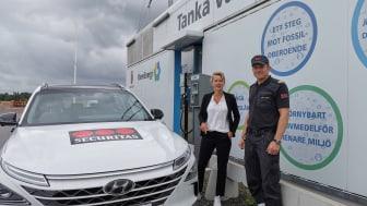 Securitas första vätgasbil, redo att patrullera på vätgas i Mariestads kommun. Något som Niklas Samuelsson påpekar är ett steg för att sänka Securitas koldioxidutsläpp. Här tillsammans med Susanné Wallner, Näringslivschef Mariestads Kommun.
