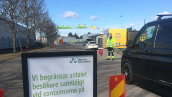 Efter att två flaggvakter på återvinningen i Gävle och Sandviken blivit påkörda uppmanas besökare att ha tålamod och visa hänsyn till personalen och till varandra.