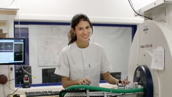 Mariam Andersson doktorerar vid Danmarks tekniska universitet, där hon med hjälp av röntgen- och magnetresonanstekniker utforskar hjärnans mikrostruktur. (Foto: Tim Dyrby)