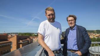 Tony Wallin, Akademiska Hus, och Magnus Littmarck, fastighetschef vid Högskolan i Skövde, kan konstatera att solcellspanelerna levererar.