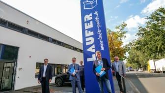 V.l. Roland Waleska (Deutsche Glasfaser), Bürgermeister Michael Berens, Michael Petermeier (IT-Koordinator Fa. Laufer), Daniel Laufer (Geschäftsführer Fa. Laufer)  und Wirtschaftsförderer Thomas Westhof