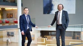 Jan Erik Saugestad ønsker Kamil Zabielski velkommen i rollen som leder for bærekraftige investeringer i Storebrand. (Foto: Lise Eide Risanger)