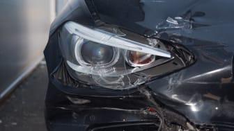 Mobilbruk er årsak til flere trafikkulykker. Høyesterett har nettopp fastslått at det ikke er lov å bruke mobil selv når bilen står stille. Denne dommen er positivt for trafikksikkerhet og kampen mot «folkesykdommen» mobilbruk bak rattet.