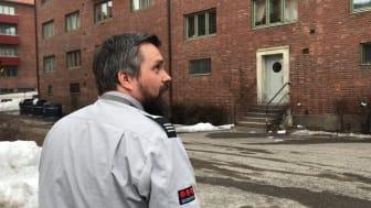 Finn Otto i Securitas inspiserer en kommunal boliggård i Oslo sentrum. Foto: Boligbygg