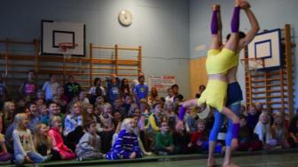Clowner utan Gränser turnerar till skolor över hela Sverige för att öka kunskapen om barnkonventionen