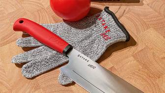 Kniven har en skarp kant og er perfekt for kutting av alle typer råvarer.