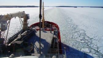 Sjöfart förekommer längs med kusterna och i de stora sjöarn året om - även när det is. Viktigt att tänka på om man ska bege sig ut på isen. Foto:  Sjöfartsverket