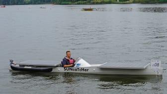 """Das Solarboot """"SUNcaTcHer"""" der TH Wildau mit dem Automatisierungstechnik-Studenten Christopher Brüllke am Steuer."""