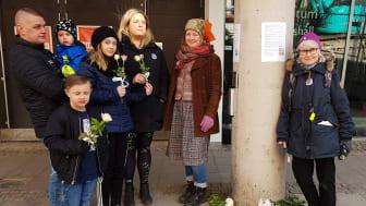 En hel familj lade ner blommor utanför s-kongressen.