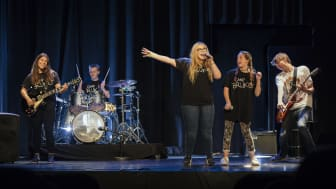 Bruken foreningen i Fredrikstad jobber for å integrere ungdom og skape gode sosiale nettverk og møteplasser. I 2017 fikk de støtte til bandutstyr til Bruken Rockeskole. (Foto: Julianne Leikanger)