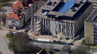 Moderna ersättningslokaler skapar utrymme för framtidens sjukhus i Malmö. Hit flyttar verksamheter som berörs av rivning och byggarbete på området för att kunna fortsätta bedriva sina ordinarie verksamheter under framväxten av det nya sjukhusområdet.