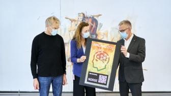 Edvard og May-Britt Moser var veldig fornøyd med frimerket som er gitt ut med deres Nobelpris-vinnende forskning som tema. Til høyre Postens frimerkedirektør Halvor Fasting. Foto: Ole Martin Vold