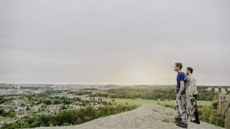 Två klättare på det populära Fjällboberget med utsikt över Fjällbo park. Foto Emma Klara Sandberg.