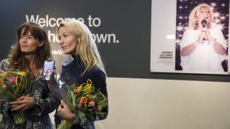 Döttrarna Malin Berghagen och Kristin Kaspersen fanns på plats på Arlanda. Dottern Monica Svensson var uppkopplad via mobilen. Foto: Victoria Ström