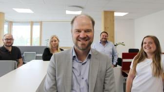 Jens Collskog, grundare och VD för Colix Systems AB tillsammans med anställda och medgrundaren Peter Lindberg.