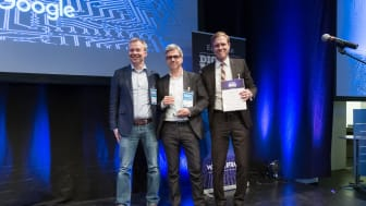 Die APPSfactory Geschäftsführer Dr. Alexander Trommen (Bildmitte) und Dr. Rolf Kluge (rechts im Bild) nehmen die Auszeichnung entgegen.