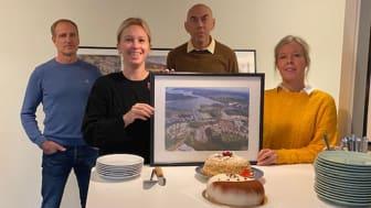 Produktionschef Michael Ekfeldt, byggledare Marina Gore, bostadsrättsekonom Kjell Hågbäck och kundansvarig säljare Sara Vilhelmsson firar försäljningen av det sista BoKlok-hemmet i Mariefred.
