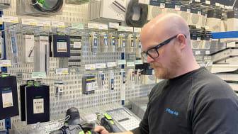 Anders Carlsson från JS Bygg AB testar Beijer Skanna på byggvaruhuset i Örnsköldsvik