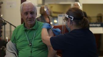 Agne Johansson, 95 år, först att vaccineras i länet.