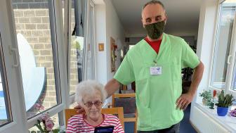 Bei der Videotelefonie: Ottilie Raab hat sich von Pfleger Jochen Sauer im Diakoniezentrum Frielendorf die digitale Verbindung zu ihrem Sohn nach München aufbauen lassen.