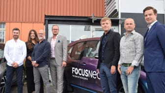 Försäljningschef Carl Granöö (t v) med nyanställda på FocusNeos Stockholmskontor