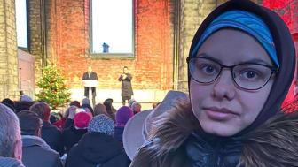 Maryam Hosseini lyssnar till Stefan Löfven i Visby.