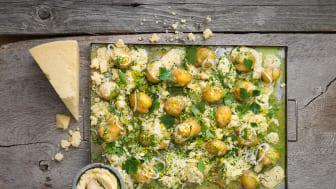 Gratinerad färskpotatis med löjrom och gräslök Midsommarfestens potatis är vanligen kokt till sillen, men ugnsbakad blir den en varierad festrätt. Pressbilder och Filip Fasténs recept i länk nedan.