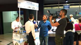 Den spanske TV-kanalen Telebilbao var på plass da Norges sjømatråd arrangerte «showcocking» på et supermarked i Baskerland forrige uke. Foto: Norges sjømatråd