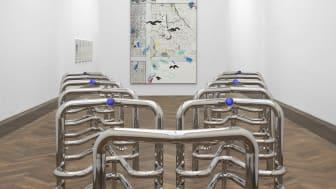 INFORMATION (Today), Kunsthalle Basel, 2021. I front: Marguerite Humeau, Riddles (Jaws), 2017–2021 . Bak: Laura Owens, Untitled [SMS +41 79 807 86 34], 2021. Foto: Philipp Hänger / Kunsthalle Basel