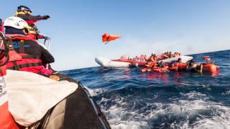 Efter att Italien stängt sina hamnar för räddningsfartyg är dödsrisken fyra gånger högre för en migrant som tar sig ut på Medelhavet. Bilden är från januari 2018 då 99 människor i sjönöd räddades. Bild: Laurin Schmid/SOS MEDITERRANEE