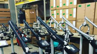 Ett antal medicinska laser riggar på väg ut till sjukhus och kliniker globalt från fabriken i Florida